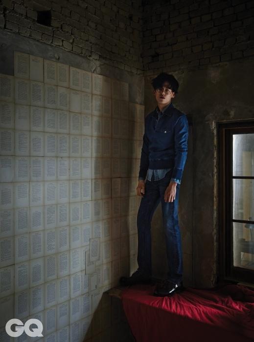 인디고 블루 폴로 셔츠, 웨스턴 데님 셔츠, 청바지 가격 미정, 모두 톰 포드. 갈색 구두 1백8만5천원, 구찌.