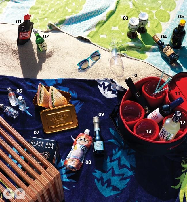 바닥에 깐 연두색 비치 타월은 마리메꼬, 파인애플이 그려진 파란색 비치 타월은 볼컴 by 소품, 선글라스는 레이밴.