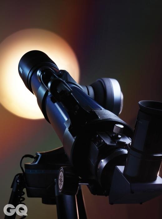 미드 스타네비게이터 102mm영어이지만 음성지원 컨트롤러가 탑재되어 있어 원하는 별을 설명을 들으며 쉽게 찾아 관측할 수 있다. 66만원. 비슷한 가격대의 다른 굴절 망원경의 조리개 값이 F9~10인 반면F 7.8로 매우 밝은 편이다.