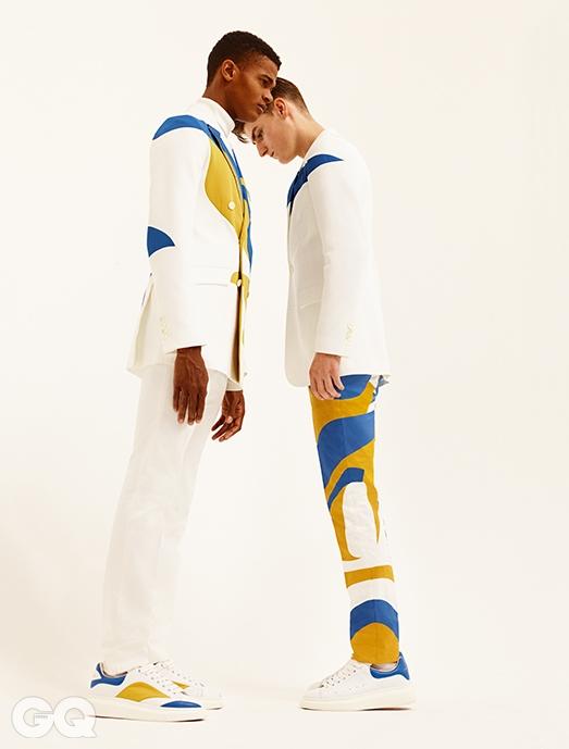 왼쪽부터 | 더블 재킷 €2,195, 화이트 터틀넥 €495, 화이트 팬츠 €445, 스니커즈 €425, 싱글 재킷 €1,795, 프린트 팬츠 €795, 스니커즈 €395, 모두 알렉산더 맥퀸.