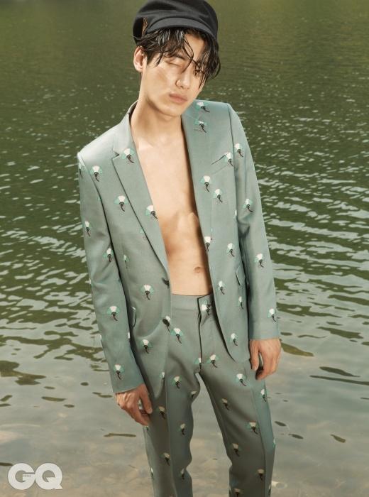 꽃무늬 하늘색 수트 가격 미정, 발렌티노. 검정색 헌팅캡 50만5천원, 구찌.