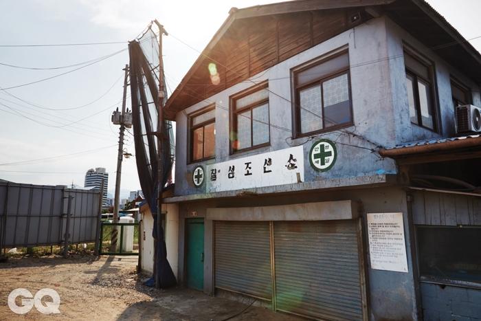 2층을 칠성조선소의 사무실로 사용했으나, 지금은 식당으로 쓰고 있다.