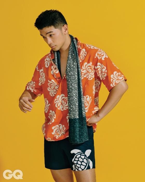 주황색 하와이안 셔츠 17만9천원, 렌 스푸너 by 스컬프. 거북이 무늬 스윔 쇼츠 34만원, 빌브레퀸. 쑥색 스카프 가격 미정, 에르메스.