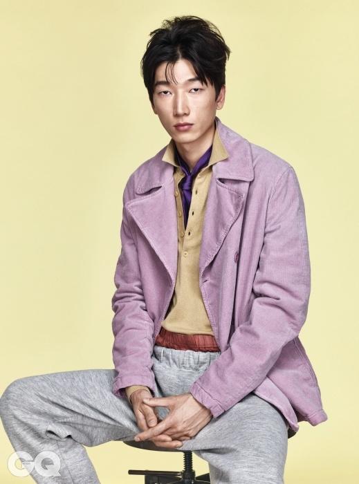 코듀로이 재킷 가격 미정, 니트 피케 1백만원대, 스웨트 팬츠 1백만원대, 벽돌색 박서, 실크 타이 가격 미정, 모두 보테가 베네타.