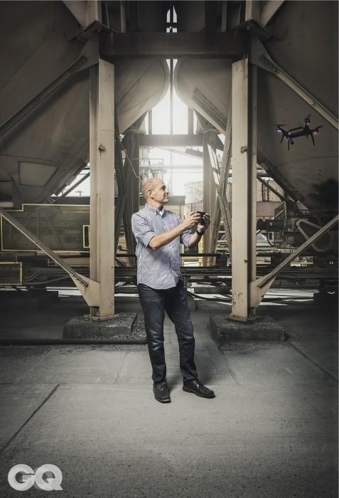 스마트 드론 솔로를 조종하고 있는 3DR의 설립자 크리스 앤더슨.