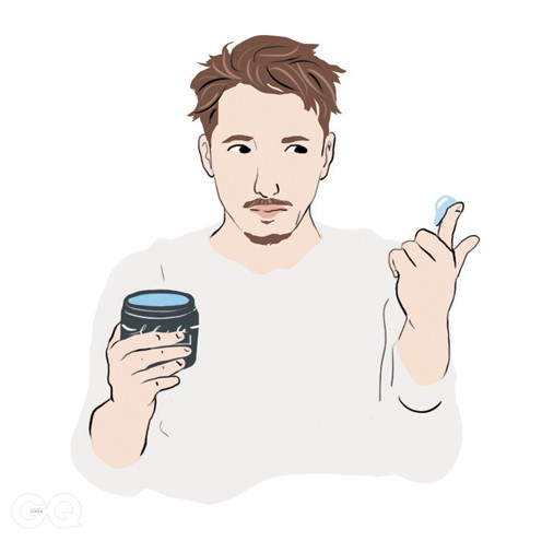 03 포마드는 처음부터 많이 사용하지 말고 손가락 끝으로 살짝 덜어 쓴다. 처음부터 많은 양을 사용하면 포마드 한 통이 일주일도 안 간다.