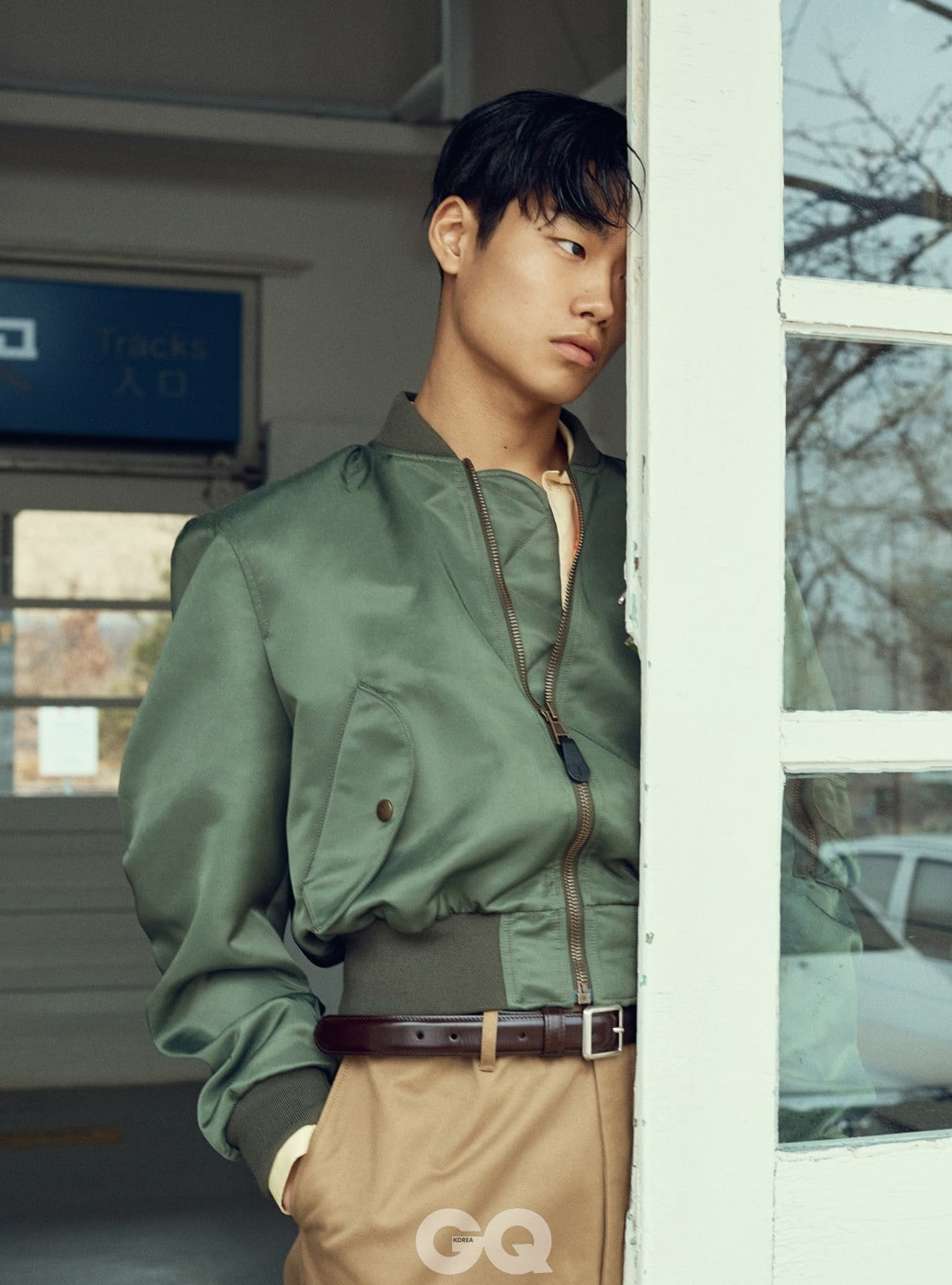 봄버 재킷, 셔츠, 팬츠, 벨트 가격 미정, 모두 발렌시아가 by 뎀나 바잘리아.