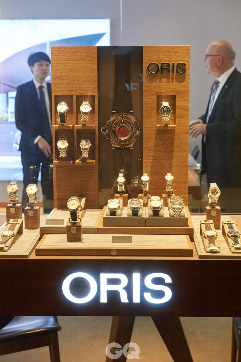 부티크 오픈 행사를 위해 방한한 오리스의 율리히 헤르초크 회장과 브랜드 관계자. 단독 부티크인만큼 오리스의 다양한 라인업을 만날 수 있다.