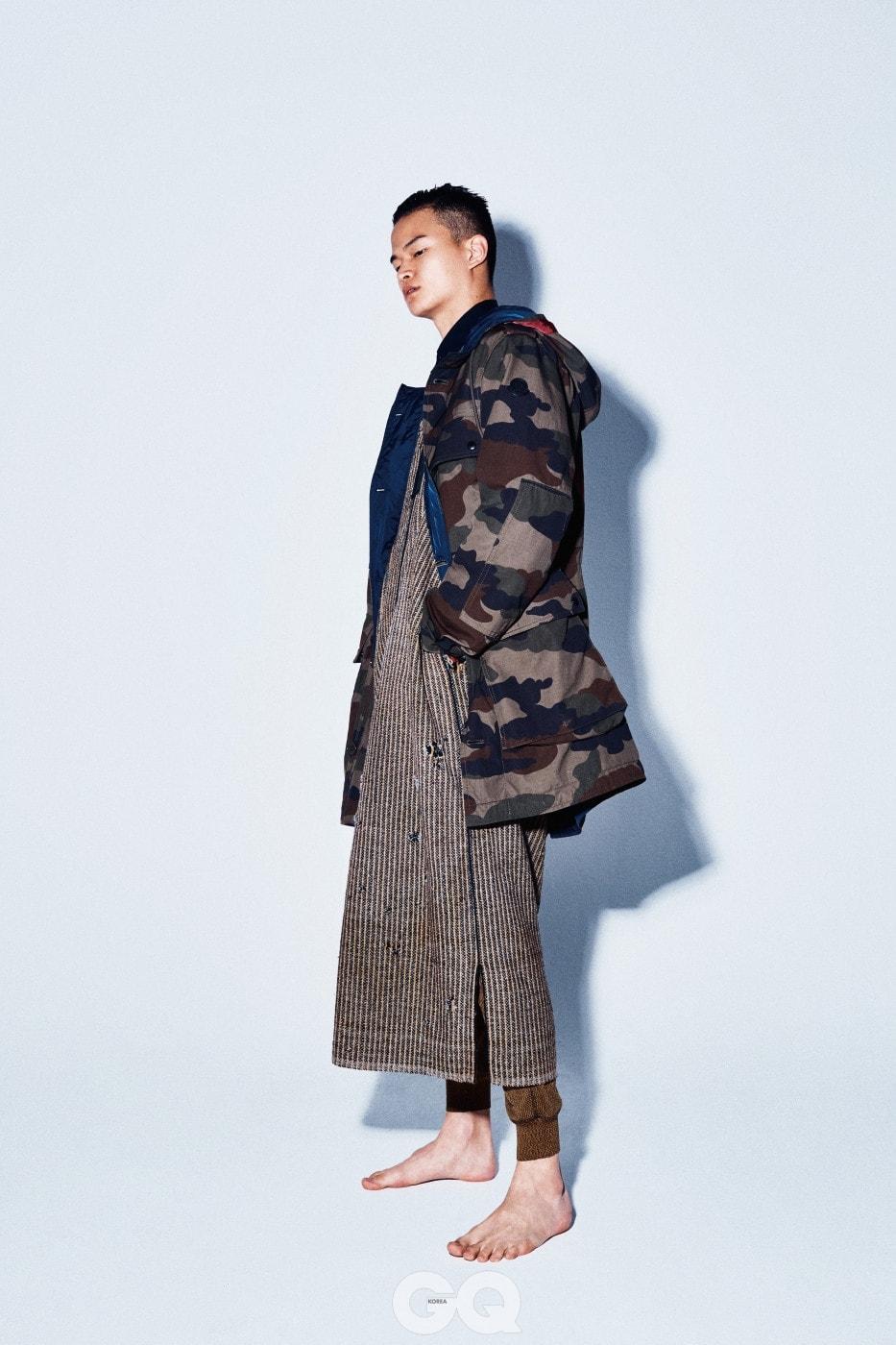 카무플라주 리버시블 재킷 가격 미정, 몽클레르. 셔츠 가격 미정, 디올 옴므. 팬츠 가격 미정, 프라다. 모로코 전통 군복은 에디터의 것.
