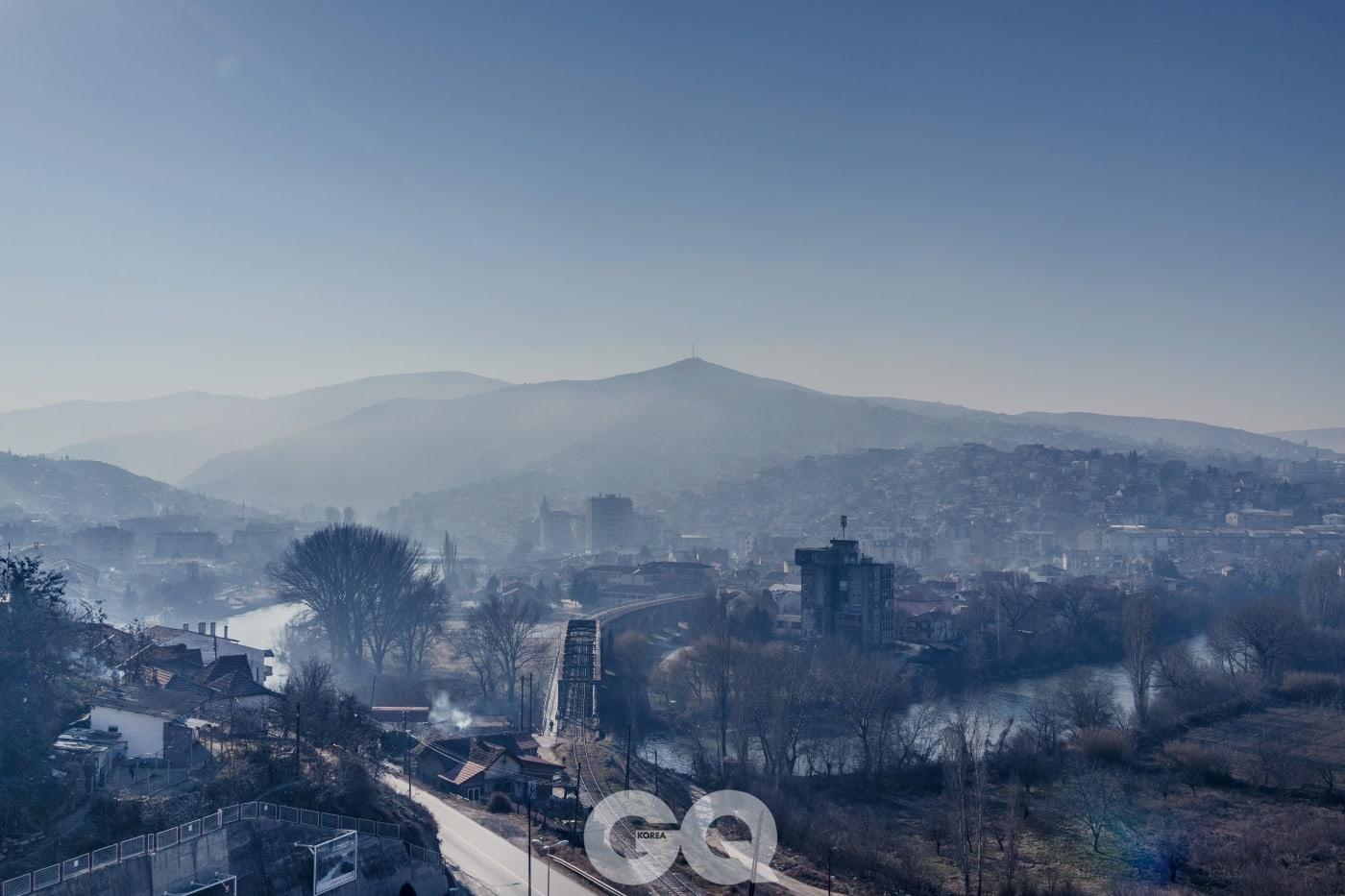 벨레스는 한때 소소한 영광을 누린, 산업 덕분에 살아 있는 소도시다. 옛 유고슬라비아에서 두 번째로 오염된 도시라는 오명을 변태적인 자부심과 함께 회상하던 때도 있었다.