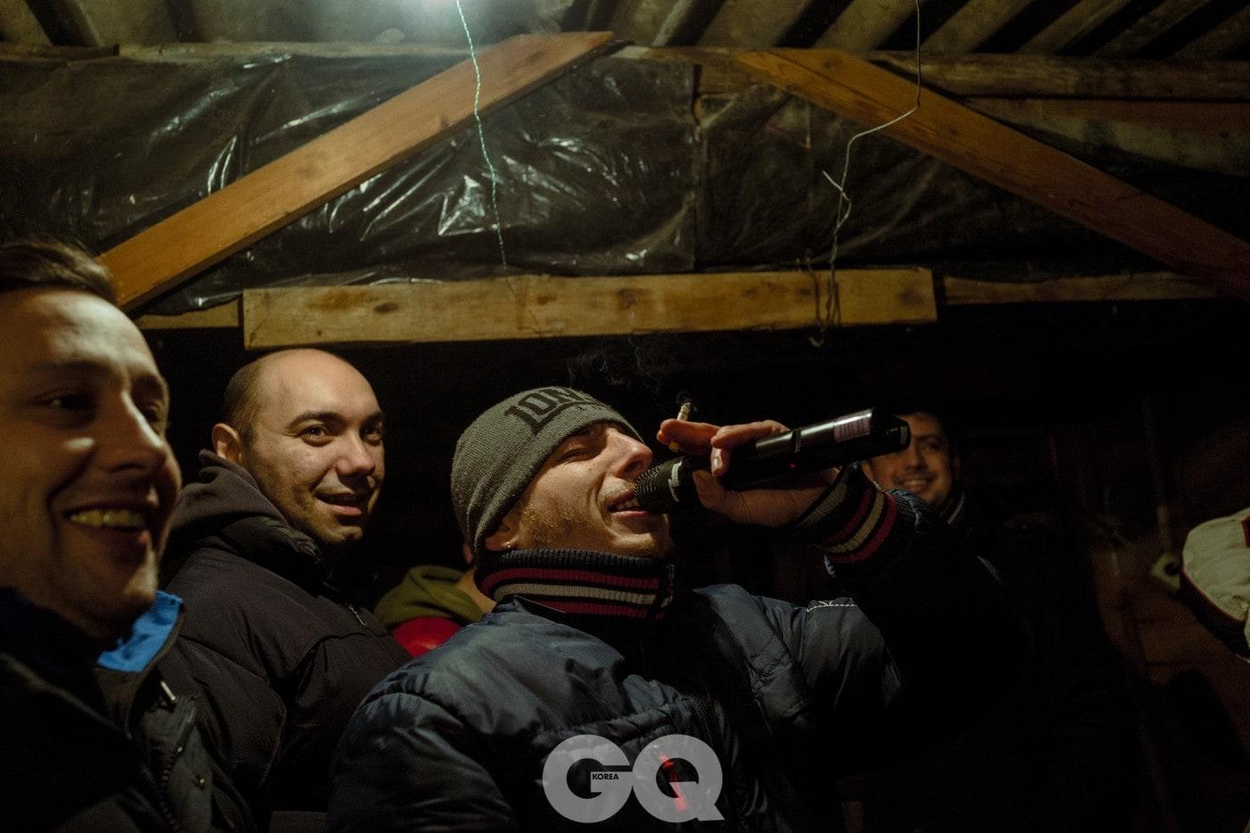 남자들이 정원의 오두막에 모여 문샤인을 마시고 겨울 송가를 부른다. 정치 웹사이트로 돈을 벌어 들인 이가 마이크를 들고 있다.