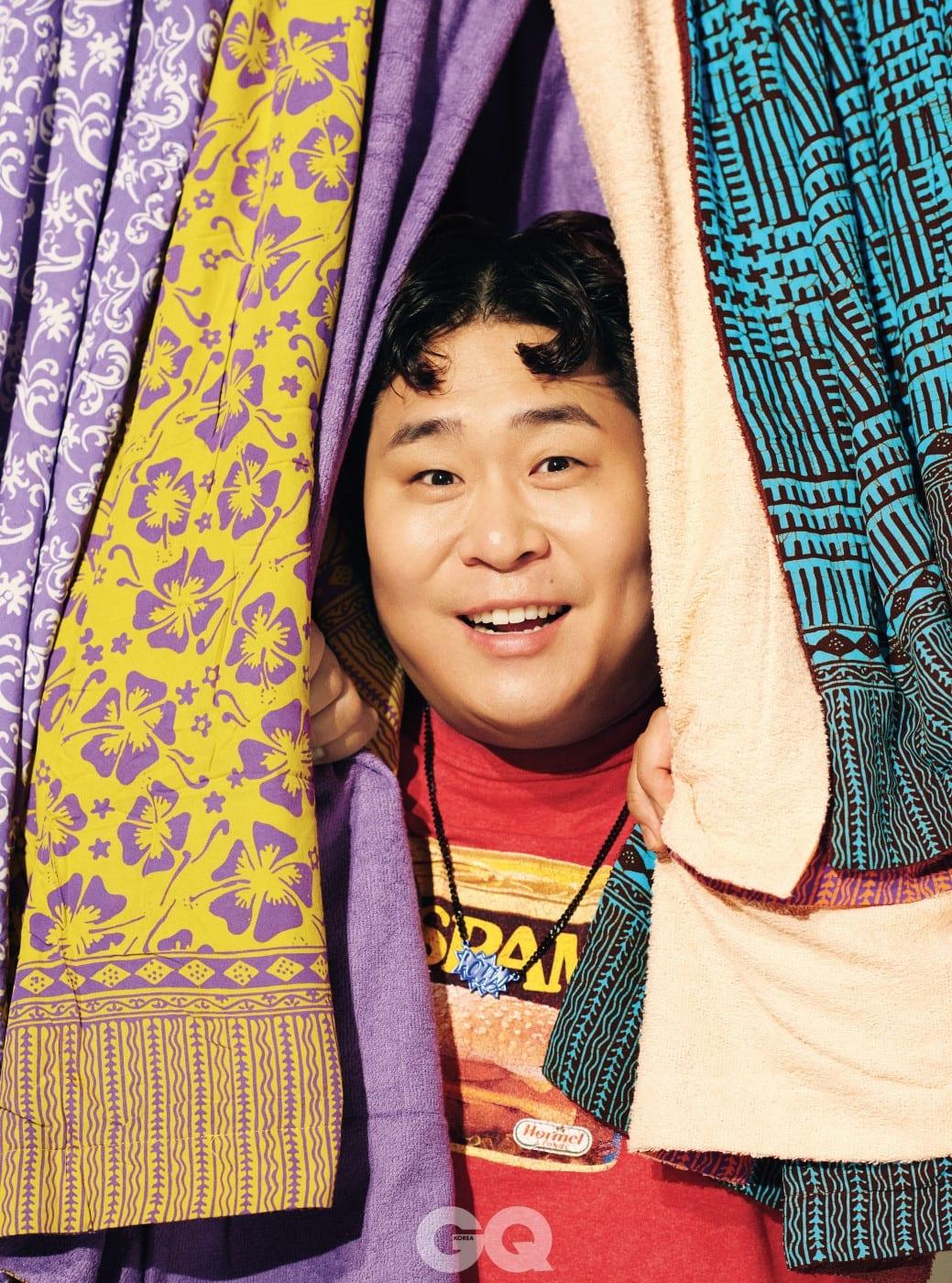 티셔츠는 에디터의 것, 목걸이는 스타일리스트의 것. 비치 타월은 모두 키쿨로 by 마이콜라주.