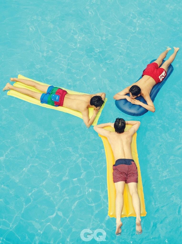 삼색 줄무늬 수영복 9만8천원, 타미 힐피거. 빨간색 수영복 7만9천원, 휠라 오리지날레. 줄무늬 수영복 9만9천원, 브룩스 브라더스 레드 플리스.