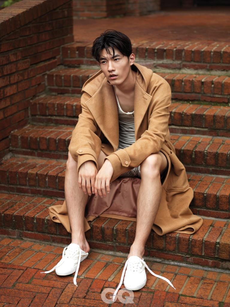 후디 코트 가격 미정, 노앙. 흰색 가죽 운동화 가격 미정, 폴로 랄프 로렌. 줄무늬 오버롤은 에디터의 것.