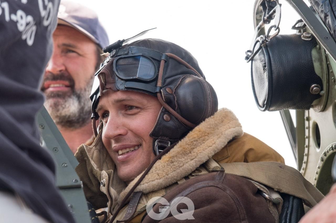 에서 영국군 파일럿 파리어로 출연한 톰 하디.
