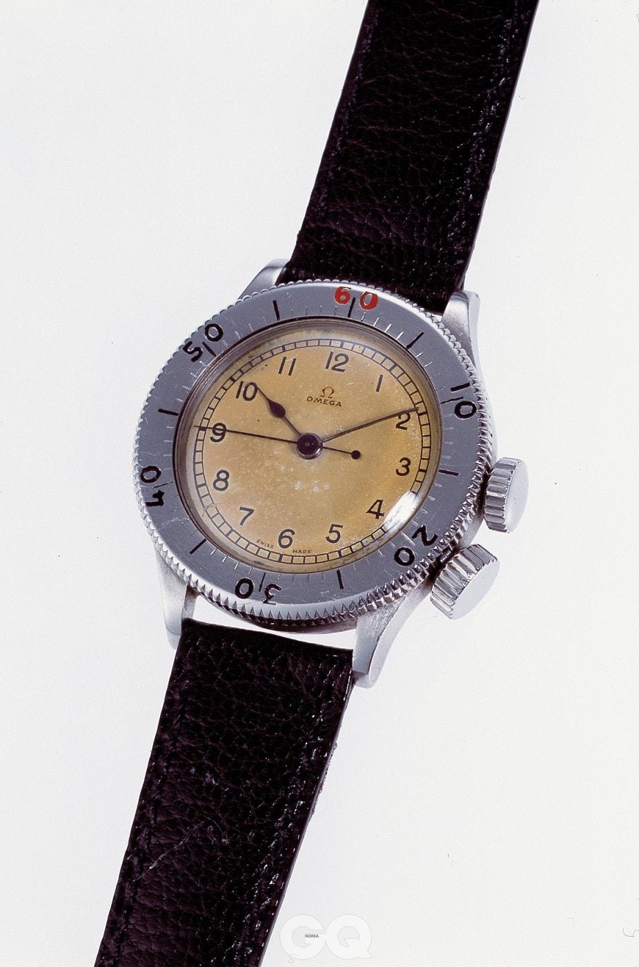 시계 케이스 측면 4시 방향에 달린 크라운은 베젤 잠금장치다.
