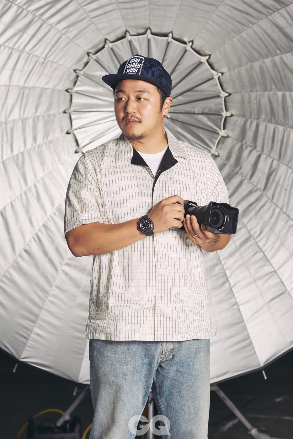 """김영준 """"그의 카메라를 거치지 않았으면 톱스타가 아니다""""라고 해도 결코 과언이 아닐 만큼 뛰어난 실력으로 인정받는 인물 사진가. 유명 패션 매거진의 커버 촬영 포토그래퍼 섭외 1순위이며, 세계적인 하이엔드 카메라 브랜드 라이카와 협업해 전시를 진행하기도 했다."""