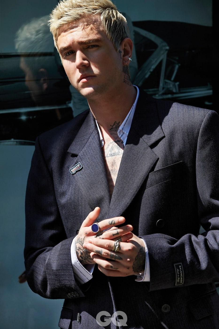 줄무늬 해링본 재킷 2백80만원대, 로고 줄무늬 셔츠 가격 미정, 웨이브 로고 브로치 48만원, 모두 발렌시아가.