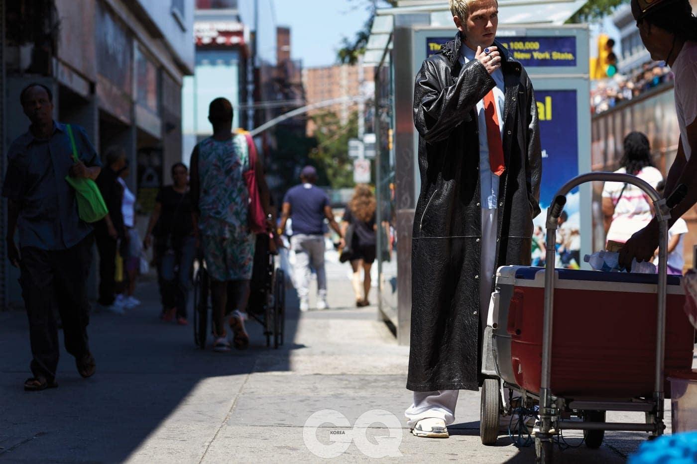램 스킨 소재 레인 코트 가격 미정, 블루 셔츠 가격 미정, 레드 타이 가격 미정, 화이트 코튼 트랙 수트 팬츠 가격 미정, 트리플 에스 스니커즈 90만원대, 모두 발렌시아가.