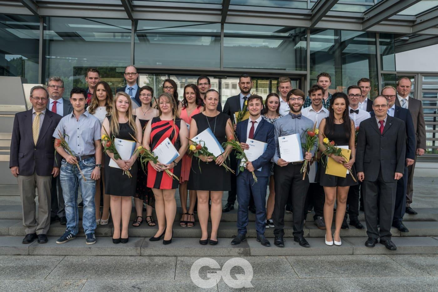 지난 7월 6일에 3년의 교육 과정을 수료한 졸업생들을 위한 행사가 글라슈테 오리지날 매뉴팩처의 아트리움에서 열렸다.