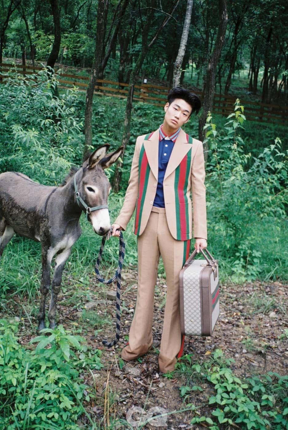 재킷 4백30만원, 팬츠 1백63만원, 피케 셔츠 75만원, 트렁크 가방, 페이턴트 화이트 스니커즈 가격 미정, 모두 구찌.