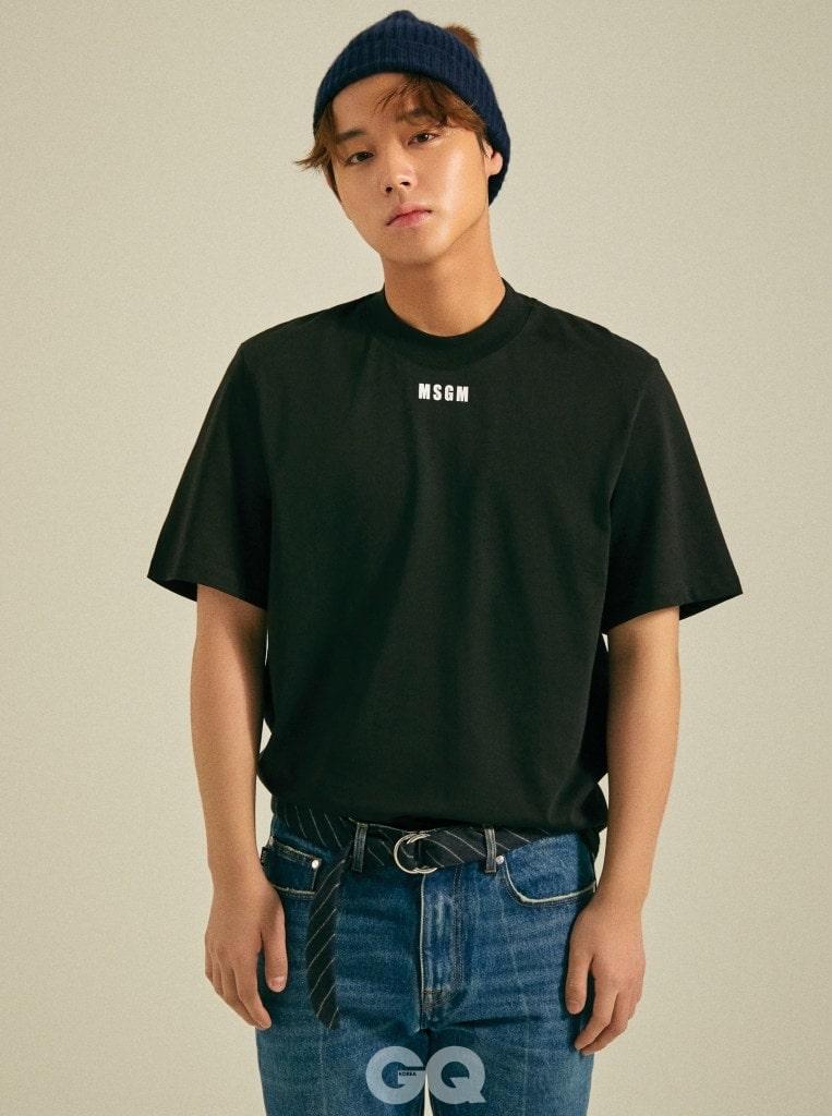 블랙 티셔츠, 진 팬츠, 모두 MSGM. 캐시미어 비니와 링 벨트는 빈티지 제품.