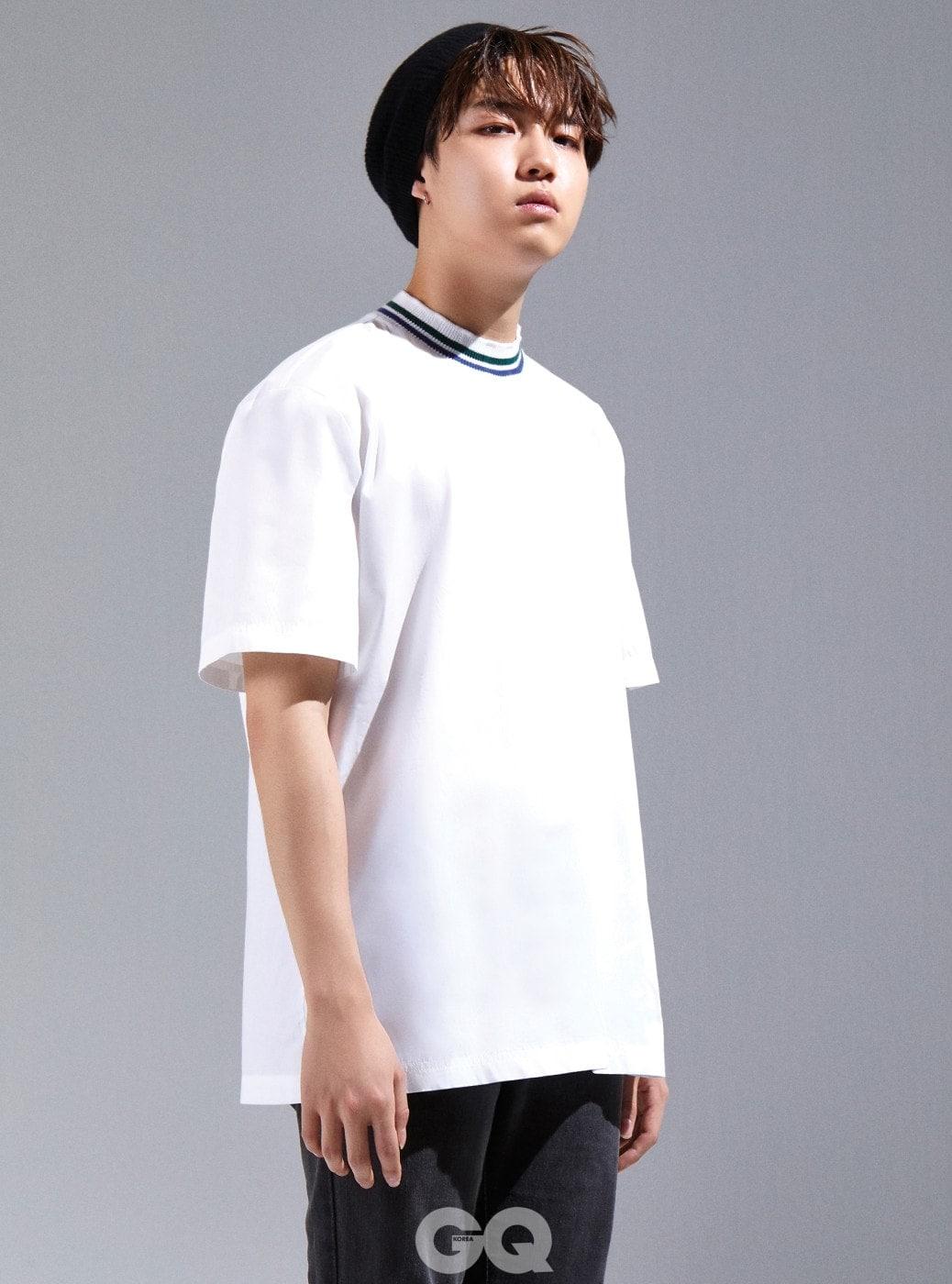 화이트 티셔츠, MSGM. 캐시미어 비니와 실버 링 귀고리는 빈티지 제품.