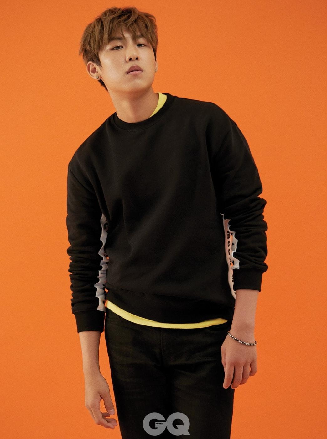 블랙 스웨트 티, MSGM. 블랙 진과 노란 티셔츠는 빈티지 제품.