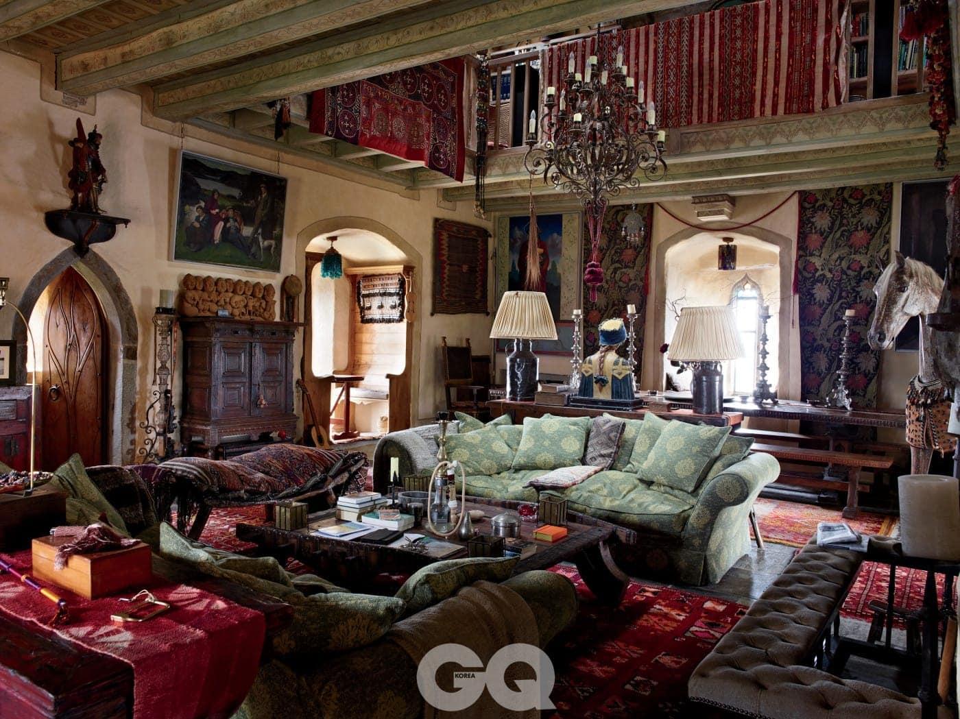 세상 속의 남자 킬코성의 주 생활 공간인 솔라에는 아이언스가 여행 중에 모은 예술품과 수집품들이 전시되어 있다.
