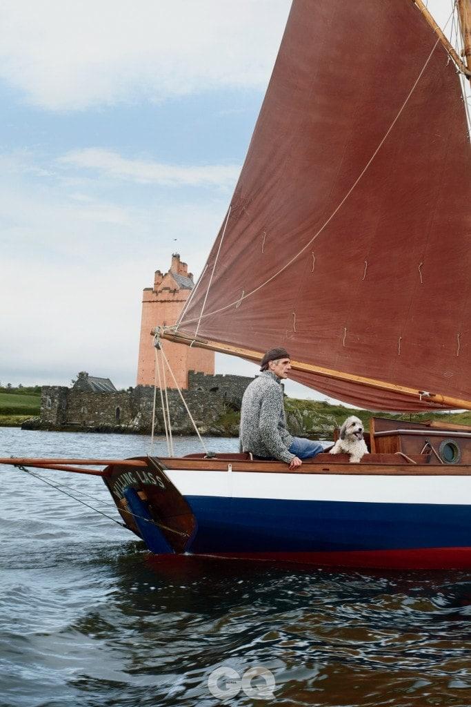 타임머신 완전히 복구된 킬코성 주변에서 아이언스가 배를 타고 있다.
