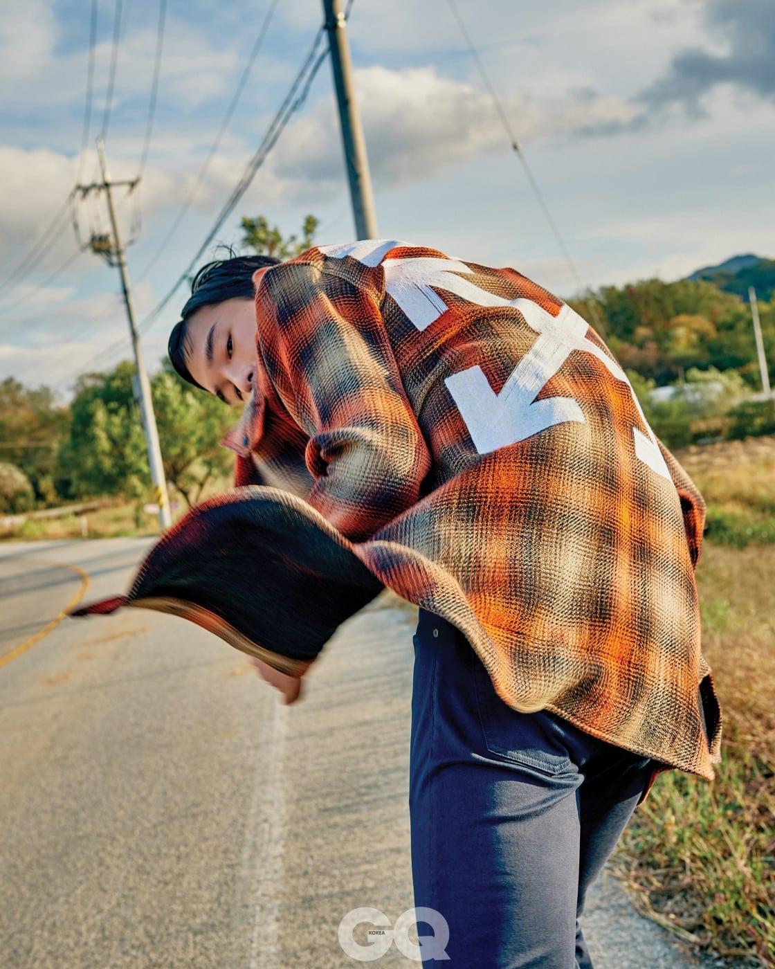 타탄체크 셔츠 62만원대, 오프화이트 by 매치스패션닷컴. 네이비 팬츠 가격 미정, 폴로 랄프 로렌.