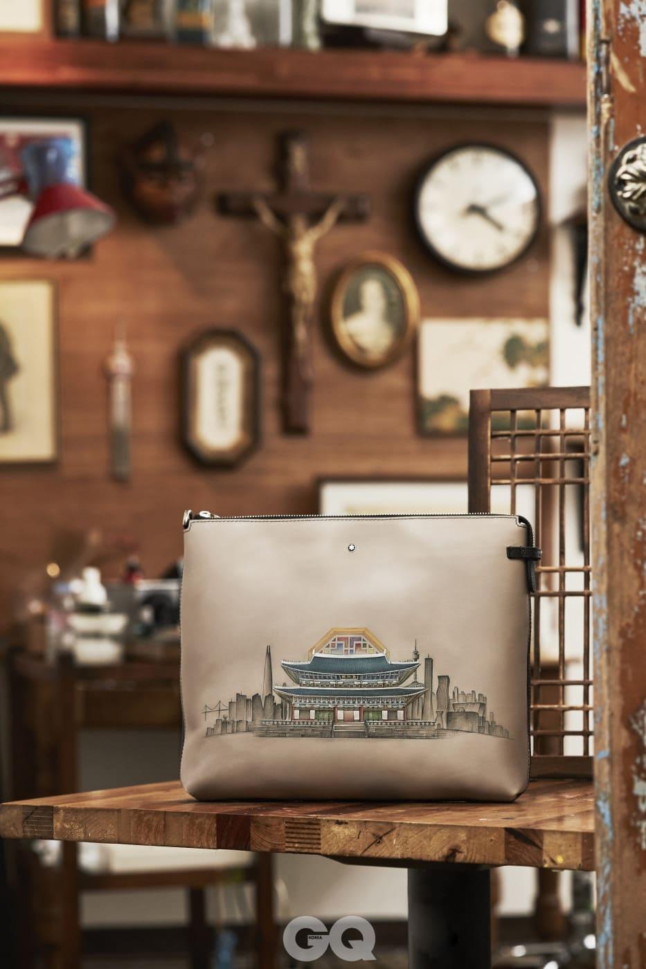마이스터스튁 소프트 그레인 클러치를 베이스로 한 제품에는 경복궁 근정정의 모습을 정교하게 새겼다.