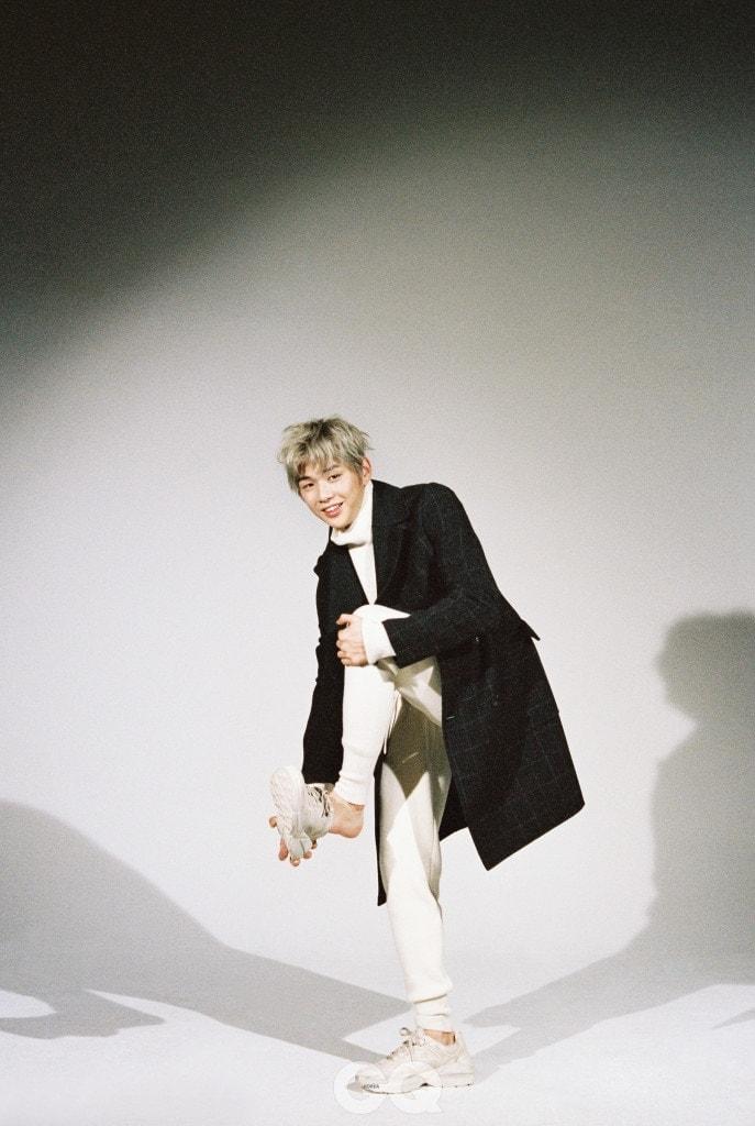 체크무늬 더블 브레스티드 코트, 화이트 터틀넥, 니트 팬츠 가격 미정, 모두 보테가 베네타. 스니커즈 1백1만원, 구찌.