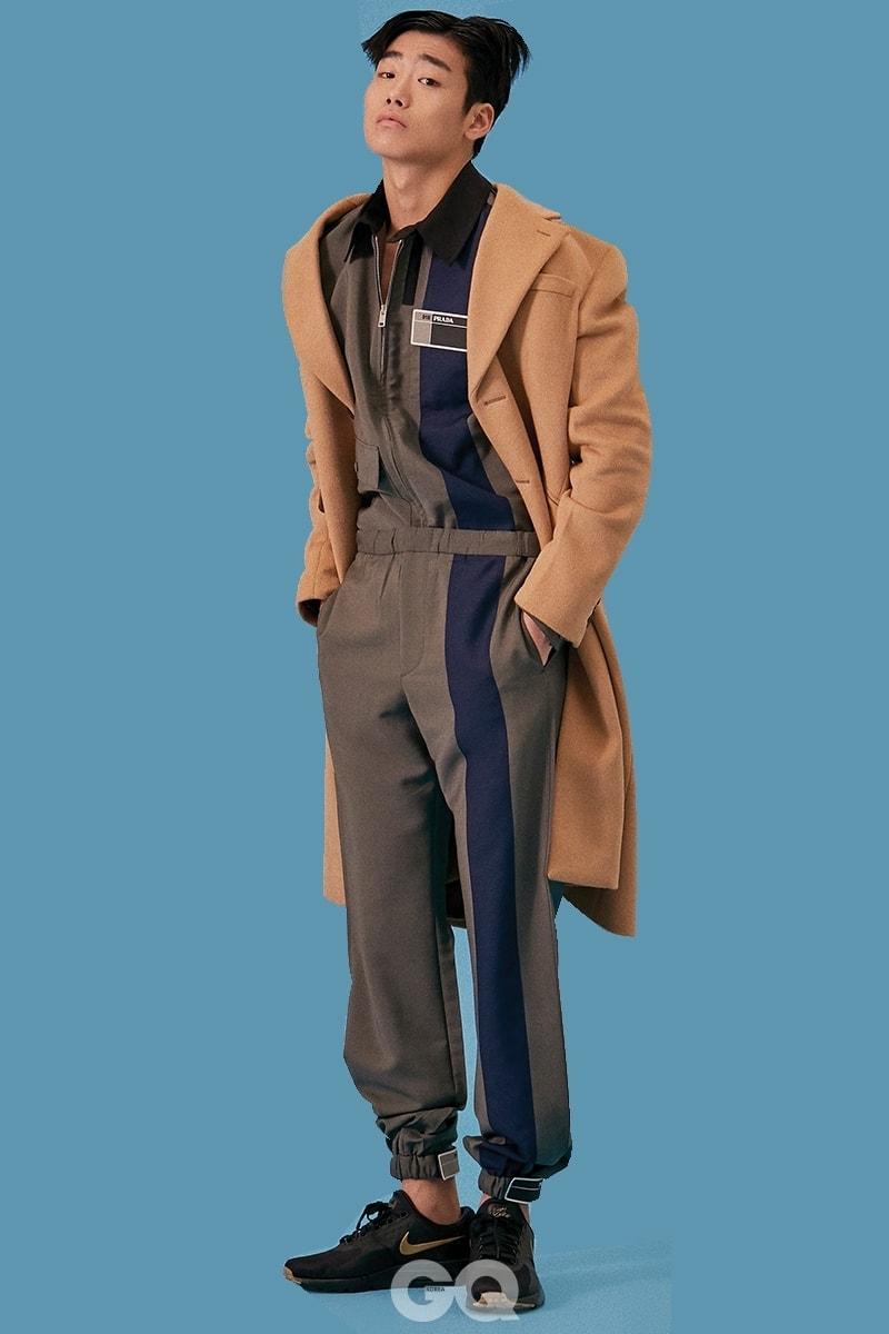 낙타색 코트, 점퍼, 팬츠 가격 미정, 모두 프라다. 스니커즈 15만원대, 나이키 에어맥스 제로 에센셜.