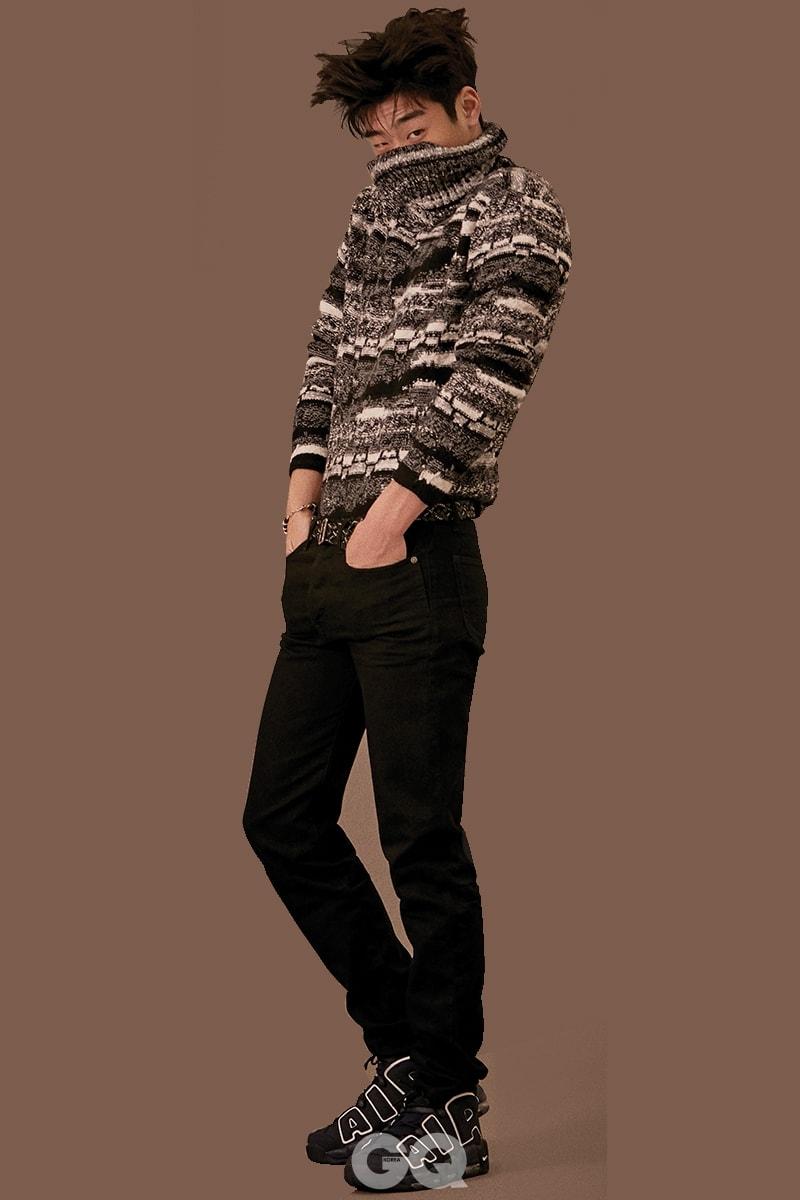 스웨터 1백59만원, 블랙 진 가격 미정, 스터드 벨트 72만원, 팔찌 가격 미정, 모두 생 로랑 by 안토니 바카렐로. 스니커즈 18만원대, 나이키 에어 모어 업템포 '96.