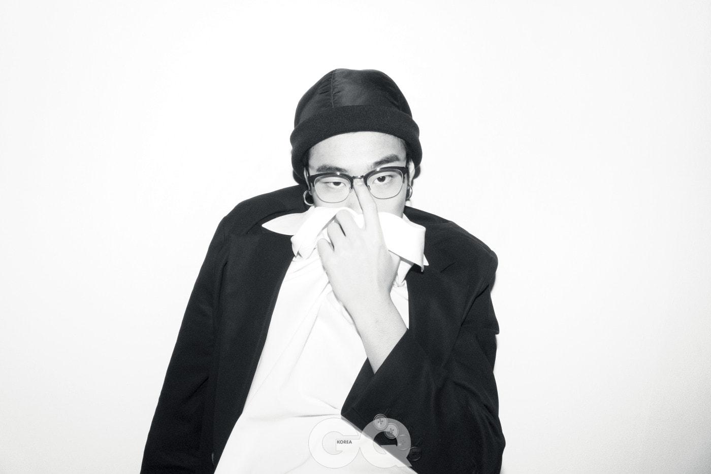 재킷과 오픈 칼라 셔츠 가격 미정, 모두 우영미. 파일럿 비니 가격 미정, 캉골. 안경 59만원, 디올 옴므 by 시원 아이웨어.