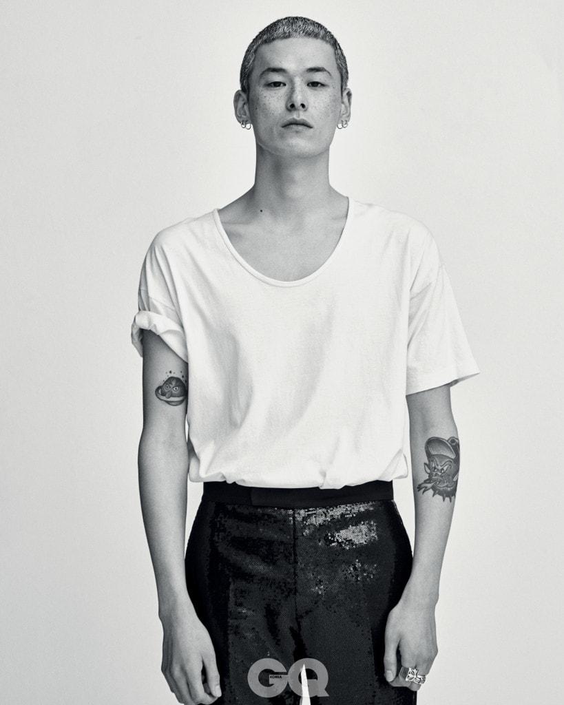 스팽글 팬츠 89만8천원, 김서룡 옴므. 반지 가격 미정, 모두 크롬 하츠. 티셔츠와 링 귀고리는 모두 에디터의 것.
