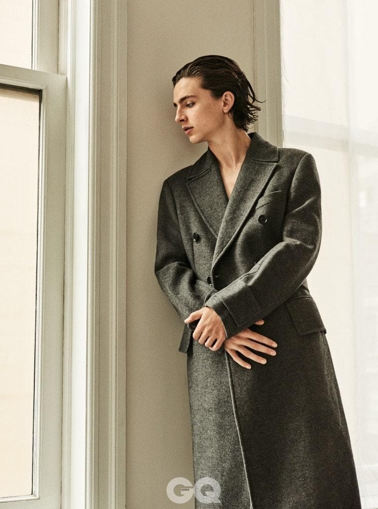 코트는 베르사체.