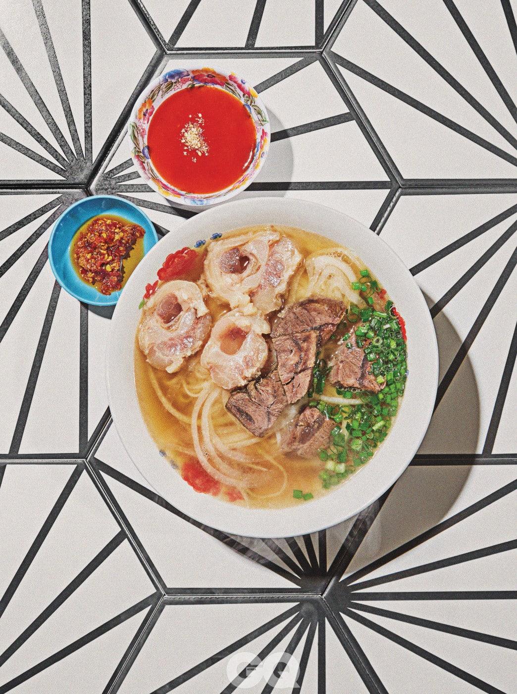Beef Tendon Noodle 질 좋은 도가니로 만든 국수. 직접 만든 라오스식 칠리소스를 곁들이면 매콤해서 해장하기 좋다.