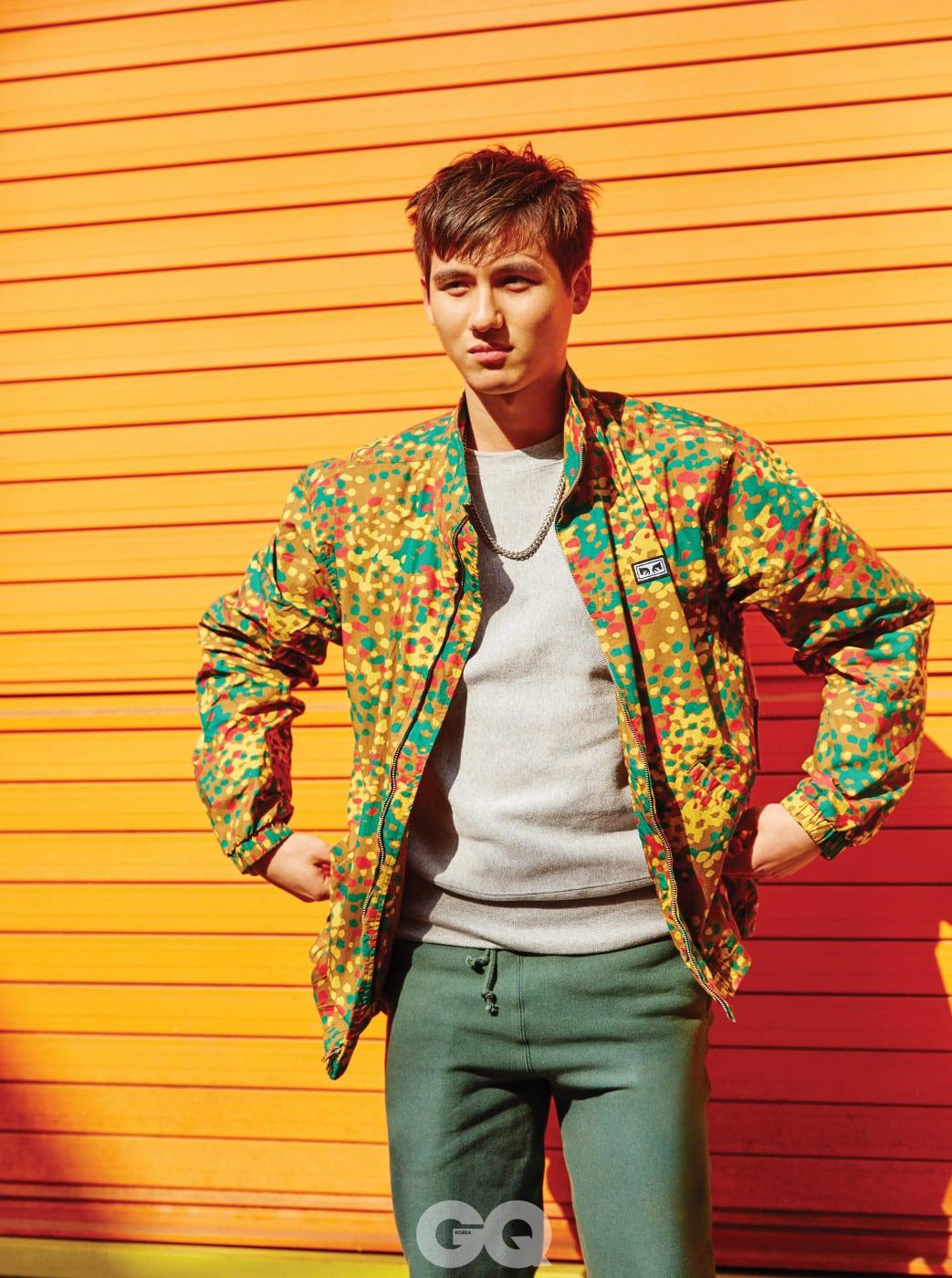 회색 스웨트 셔츠 18만8천원, 쑥색 조거 팬츠 19만8천원, 모두 챔피온. 변형한 카무플라주 패턴 면 점퍼 10만3천원, 오베이 by 배럴즈. 체인 목걸이는 에디터의 것.