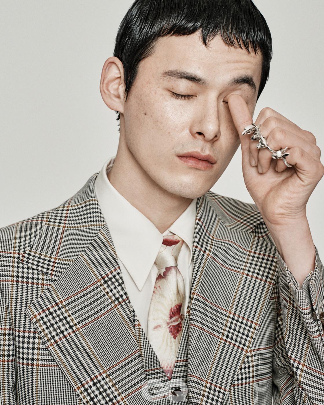 글렌 체크 수트 재킷 2백71만원, 베스트 1백29만원, 화이트 셔츠 1백29만원, 꽃무늬 실크 타이 가격 미정, 실버 링 각각  42만원, 모두 구찌.