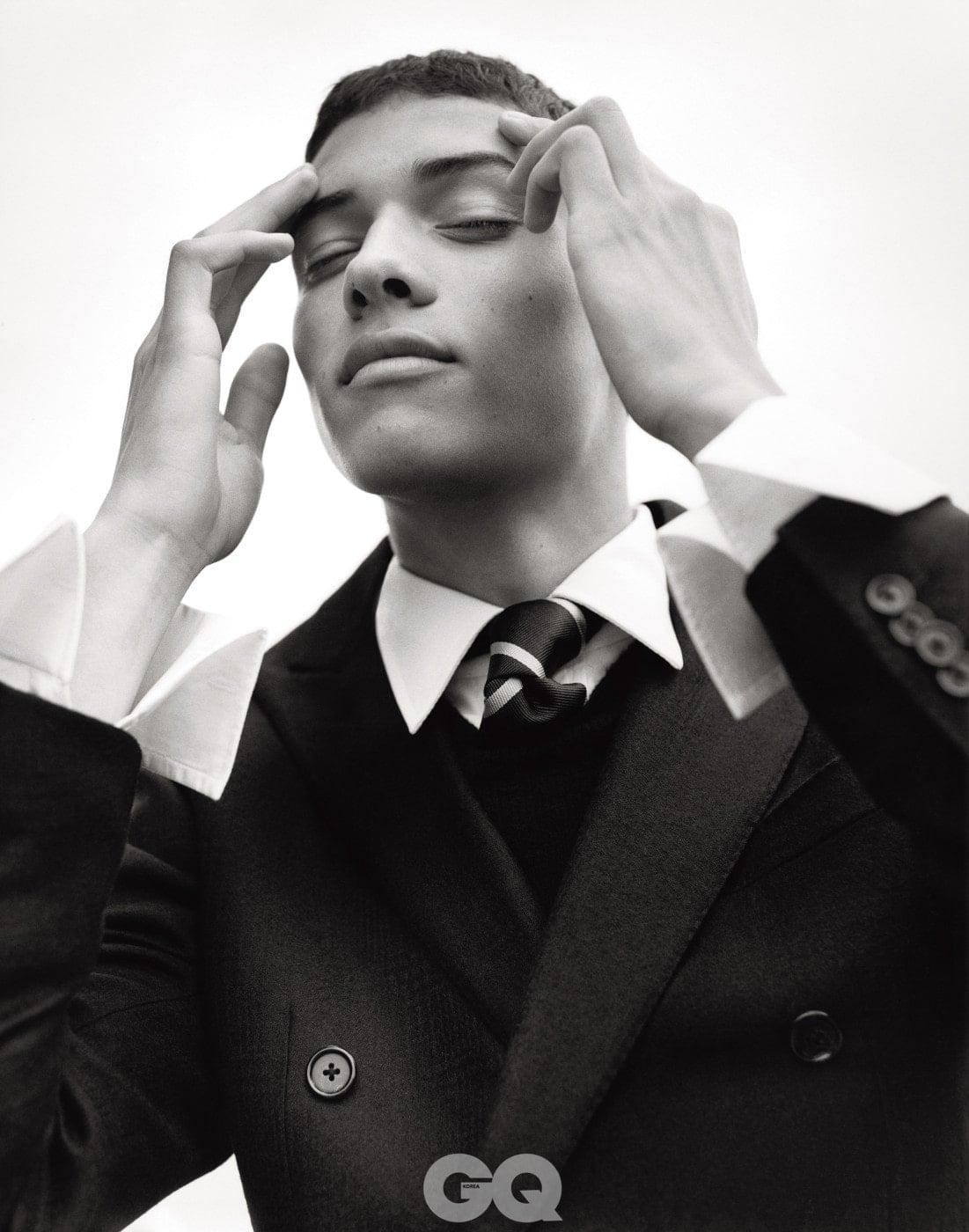 검정 더블 재킷, 꼬르넬리아니. 화이트 셔츠, 버드 셔츠메이커. 남색 타이, 턴불 & 아서.