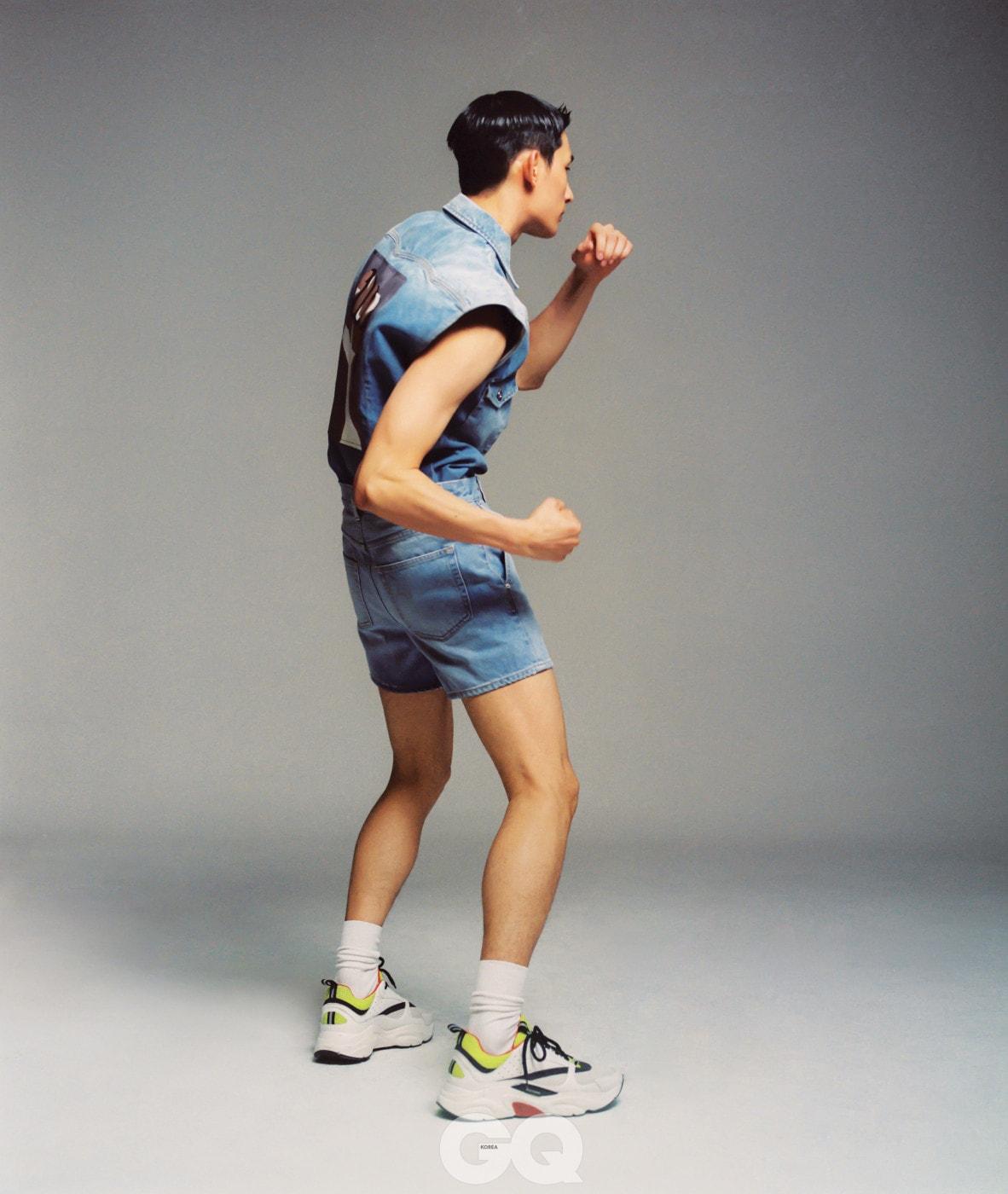 슬리브리스 데님 셔츠, 데님 쇼츠 가격 미정, 모두 포츠 1961. 스니커즈 1백35만원, 디올 옴므.