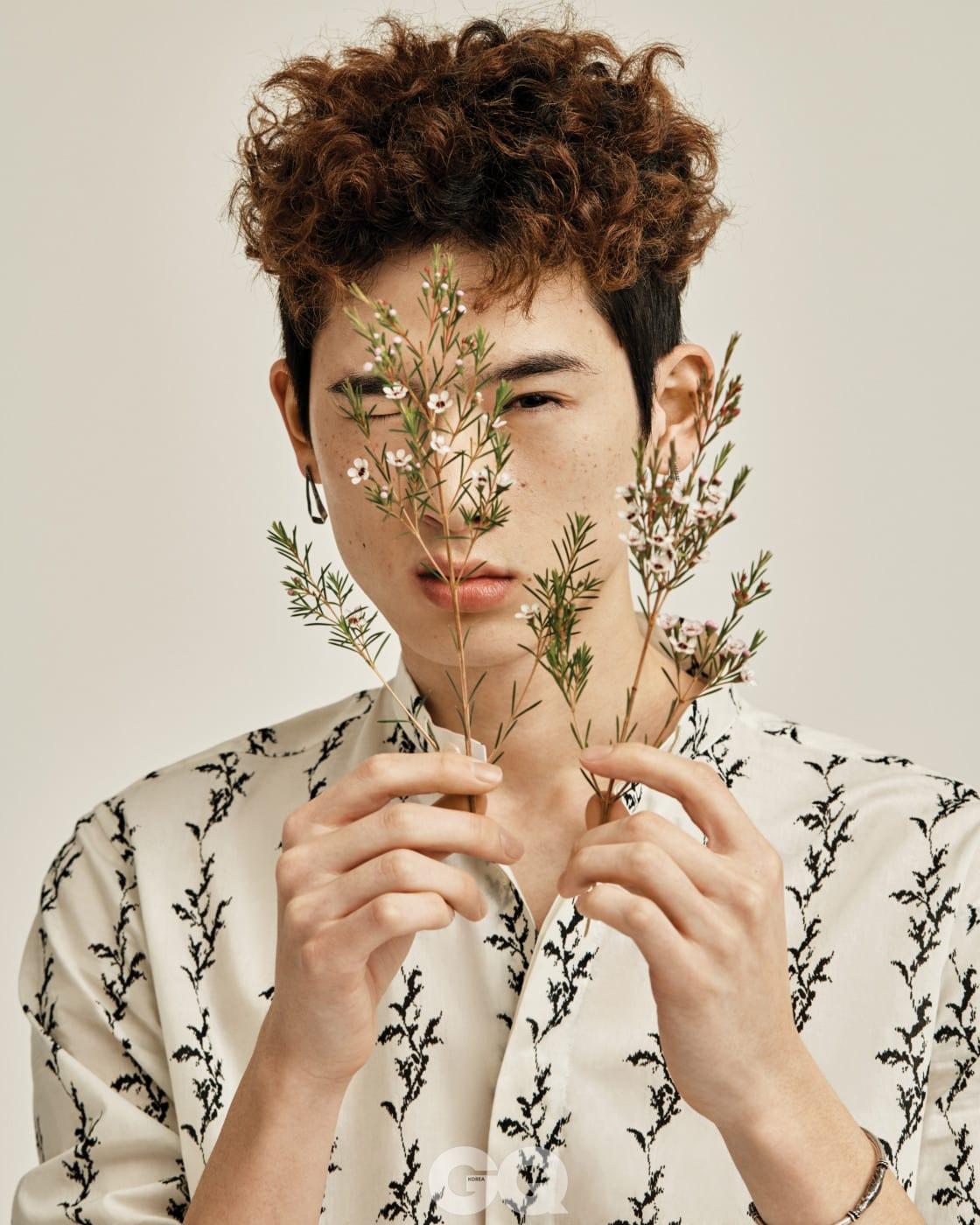 식물 패턴 셔츠 1백13만5천원, 실버 뱅글 80만5천원, 모두 생 로랑 by 안토니 바카렐로. 귀고리 12만1천원, 불레또.
