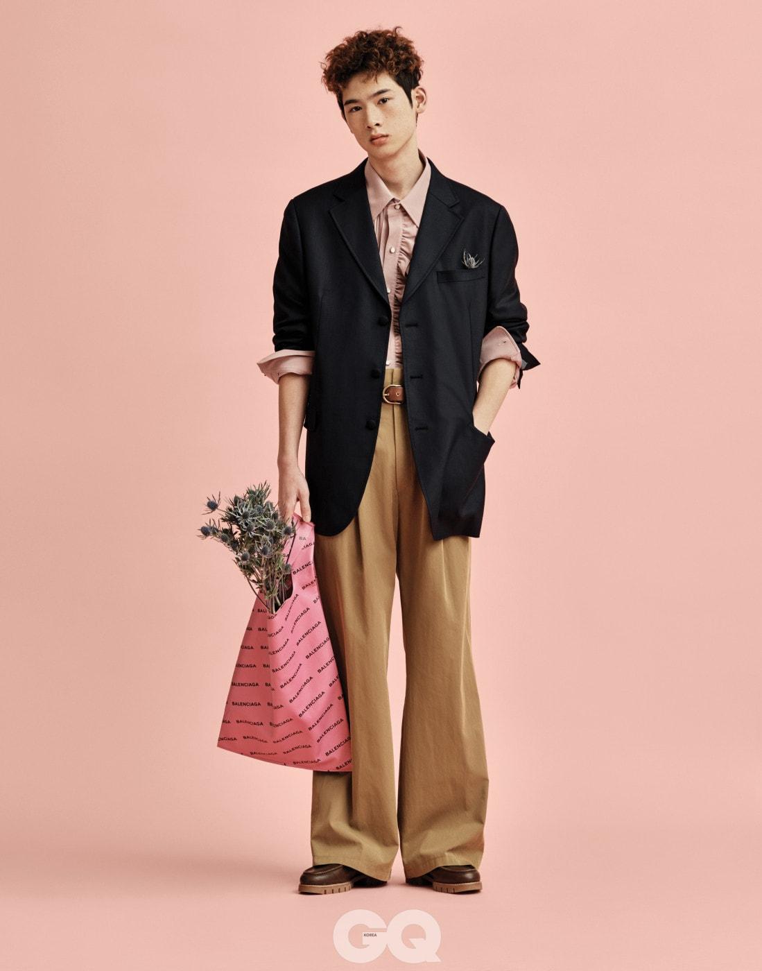 러플 셔츠, 오버사이즈 재킷, 와이드 팬츠 가격 미정, 모두 오디너리 피플. 가죽 벨트 가격 미정, 폴로 랄프 로렌. 핑크 쇼퍼 백 가격 미정, 발렌시아가. 샌들형 로퍼 1백9만원, 펜디.