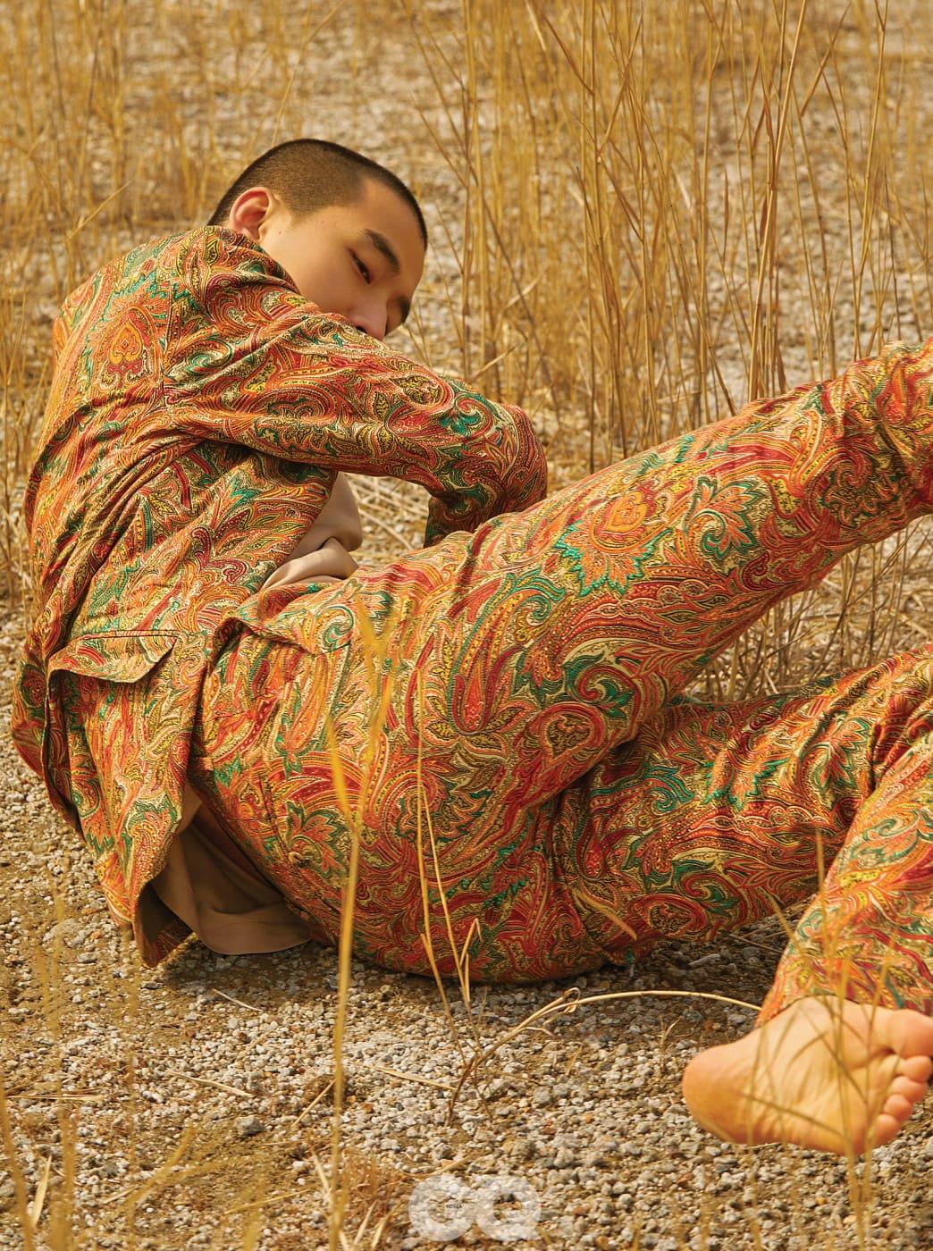 페이즐리 재킷 1백70만원, 팬츠 70만원, 모두 에트로. 슬리브리스 톱 29만8천원, 김서룡 옴므.