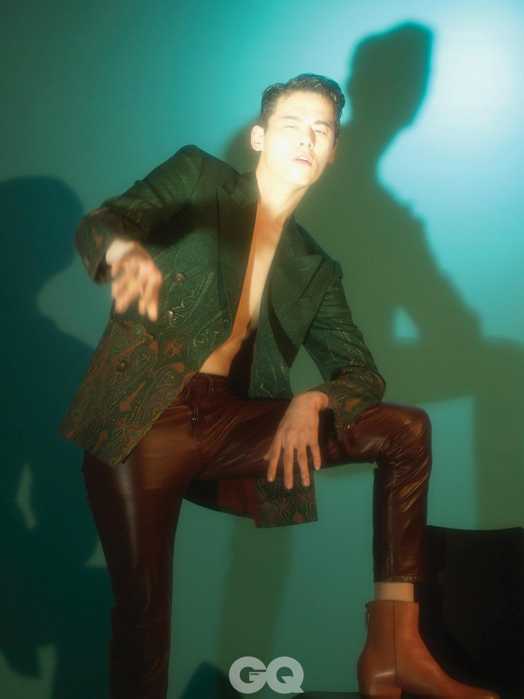 t 페이즐리 무늬 재킷 2백80만원, 에트로. 가죽 팬츠 가격 미정, 코치. 앵클부츠 가격 미정, 지방시.