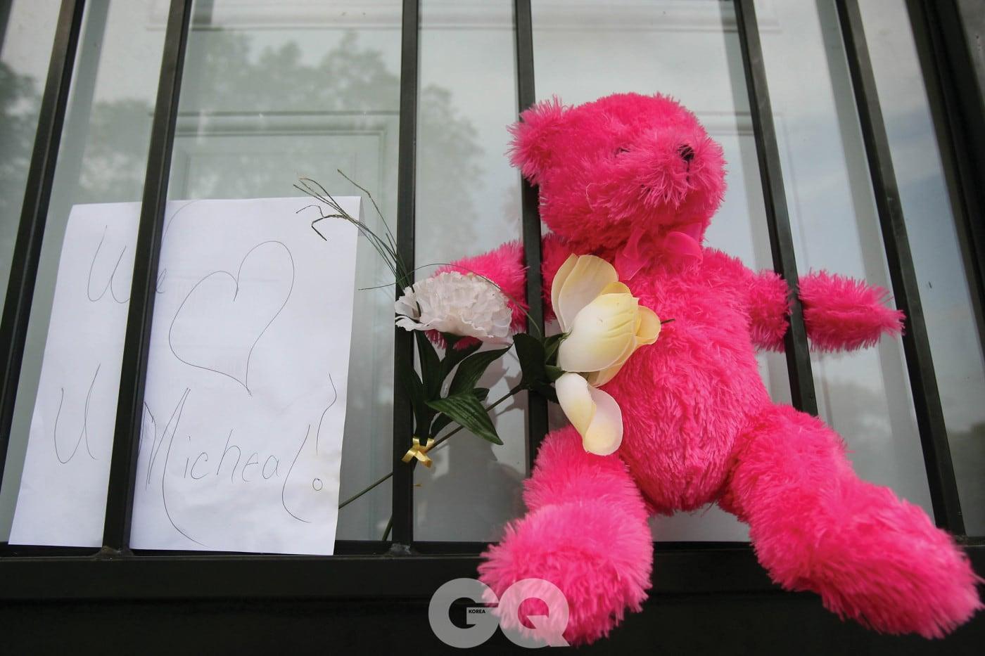 마이클 잭슨의 죽음을 애도하는 뜻으로 걸어놓은 핑크 테디 베어.