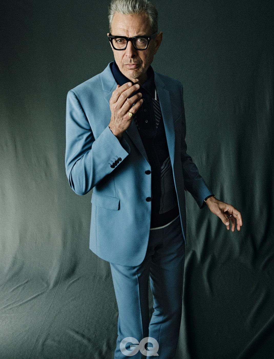 재킷, 폴로 셔츠, 팬츠, 모두 프라다. 시계, 주얼리, 안경은 제프 골드블럼의 것.