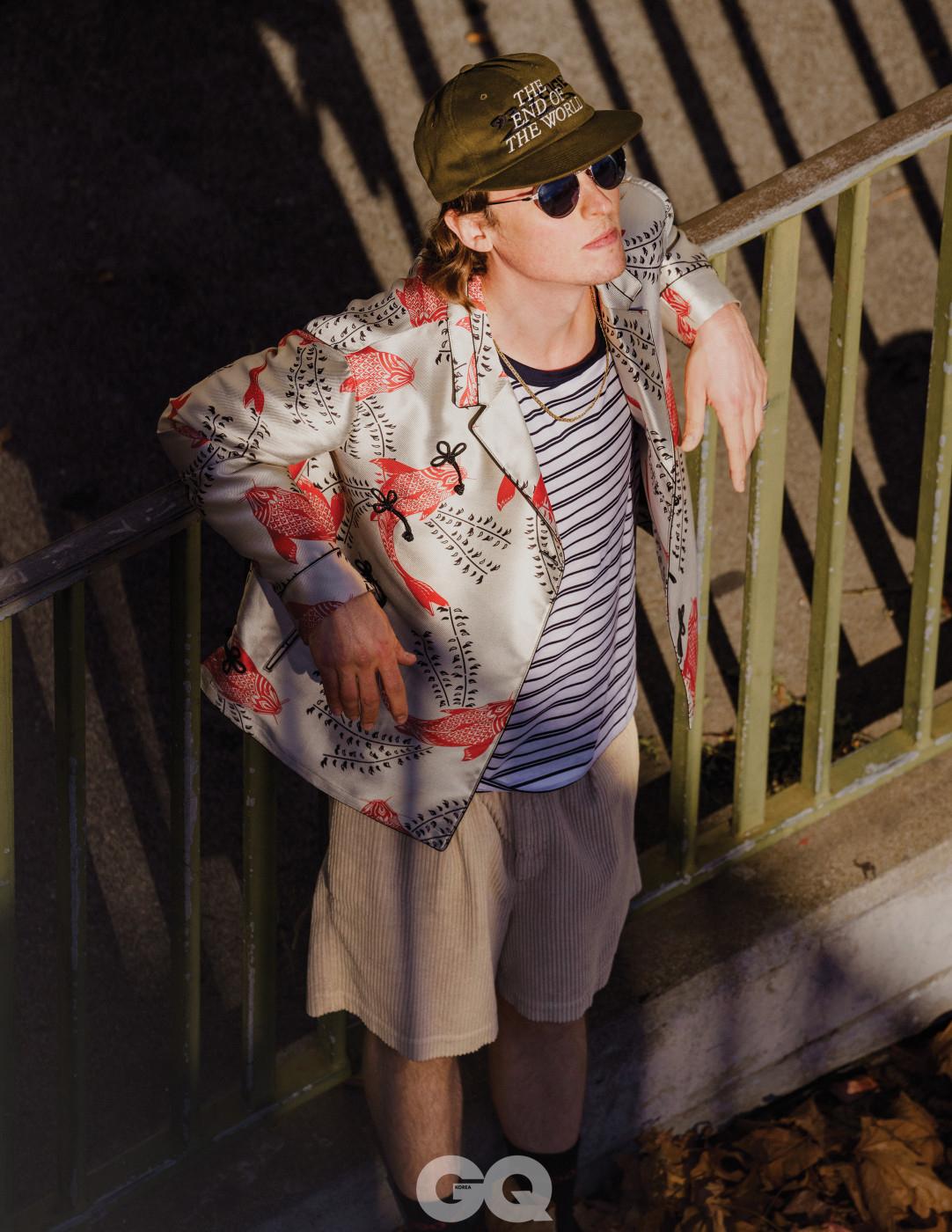 실크 재킷 가격 미정, 엠포리오 아르마니. 티셔츠 가격 미정, 휴고 보스. 쇼츠 가격 미정, 살바토레 페라가모. 선글라스 가격 미정, 페르솔. 모자는 모델의 것.